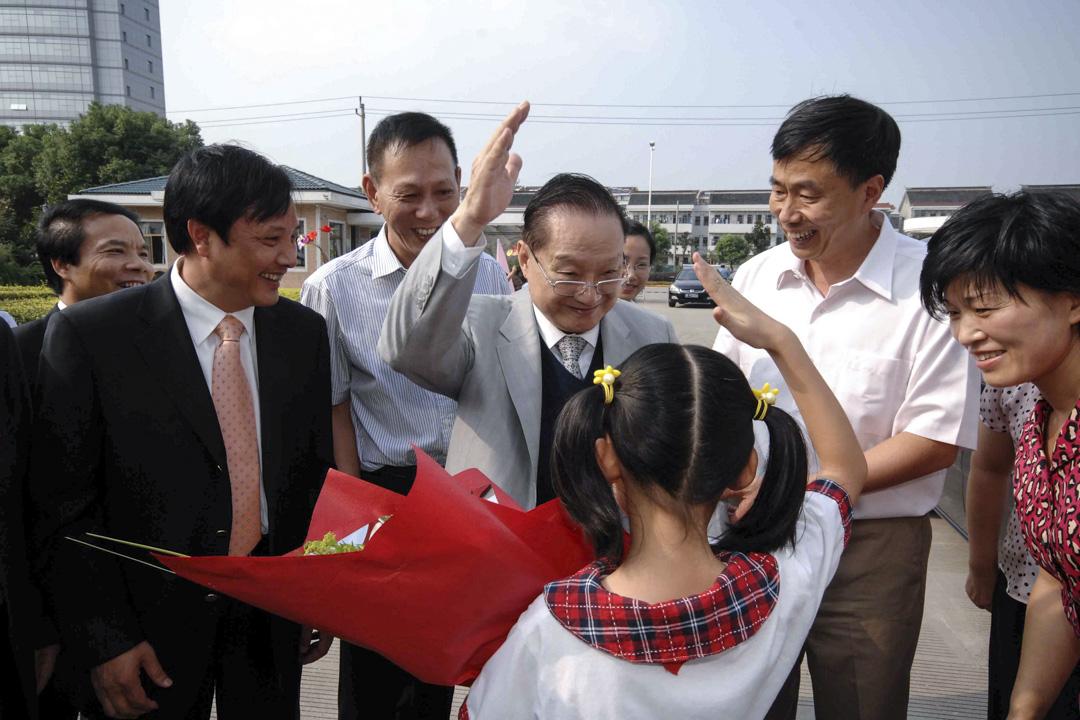 2008年9月17日,金庸書院在浙江海寧奠基,金庸出席奠基儀式。