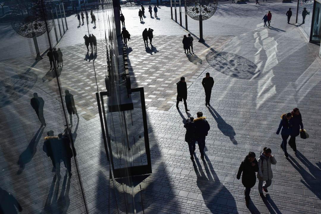 最近一陣,隨着全國人大通過《個人所得税法》修正案的通過,關於中國企業和居民税收負擔的話題在各類網媒和自媒體不斷成為公眾熱議的對象。圖為北京的商場。 攝:Greg Baker/AFP via Getty Images