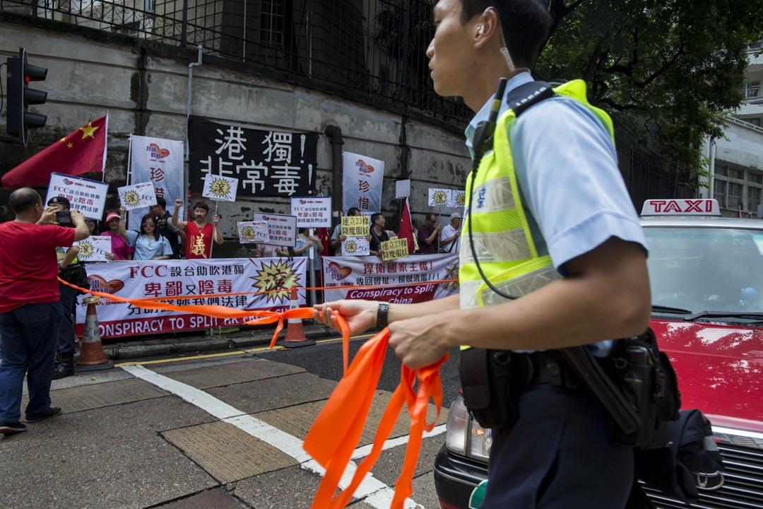 2018年8月14日,香港外國記者會(FCC)邀請陳浩天於午餐會演講,門外有不少反港獨團體到場請願。