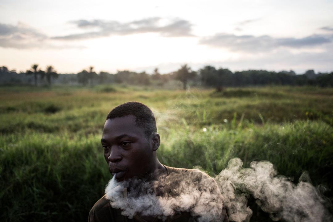 一名政府軍士兵在晨訓前抽煙。