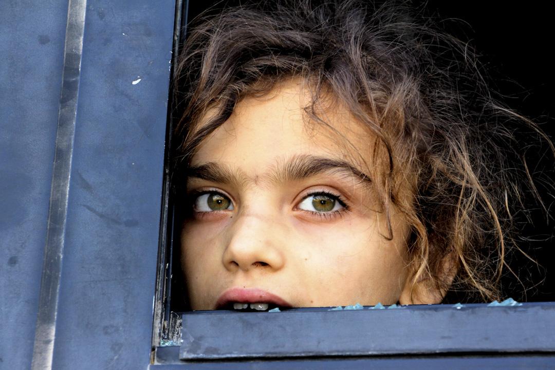 9月17日土俄領導人達成暫時停火協議,收復伊德利卜行動暫時被擱置。協議規定將在10月15日之前在敘伊德利卜省建立長15公里至20公里的非軍事區,以隔離敘內戰交戰雙方。圖為2018年7月19日,伊德利卜省一名疏散中的敘利亞女孩。 攝:STR/AFP/Getty Images