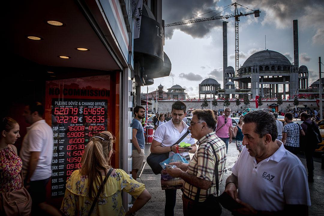在美國宣布對土耳其展開經濟制裁後,俄羅斯亦對土國伸出援手。俄國先是宣布對土耳其持公務護照的公民與企業家實行免簽,爾後亦提出兩國交易改以本國貨幣結算的提案,幫助土耳其渡過現實的匯率危機。圖為土耳其伊斯坦布爾。