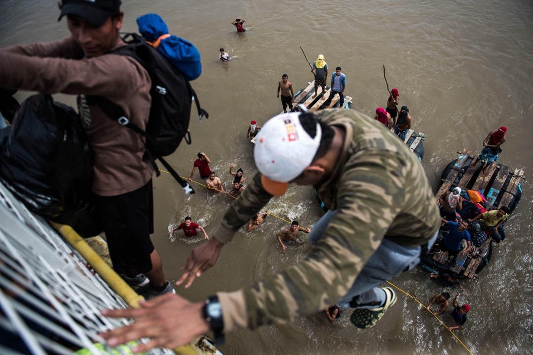 2018年10月19日,墨西哥關閉來往危地馬拉的邊境橋,以致橋上擁擠著大批移民,其中有人選擇跳橋由水路前往墨西哥。