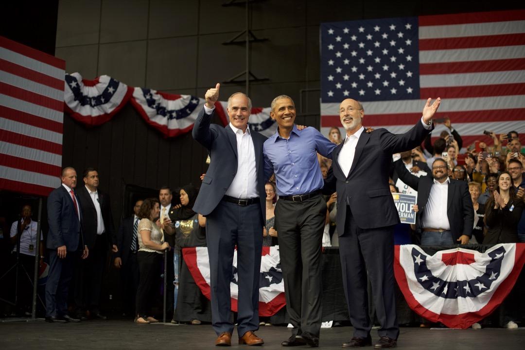 現任賓夕法尼亞州州長沃爾夫(右)在2014年逆流而上擊敗共和黨州長成功當選後,一直保持着穩定的支持率。雖然沃爾夫並沒有受歡迎到讓人難以擊敗,但很難找出他會輸掉連任選舉的理由。圖為前美國總統奧巴馬為沃爾夫的選舉造勢站台。