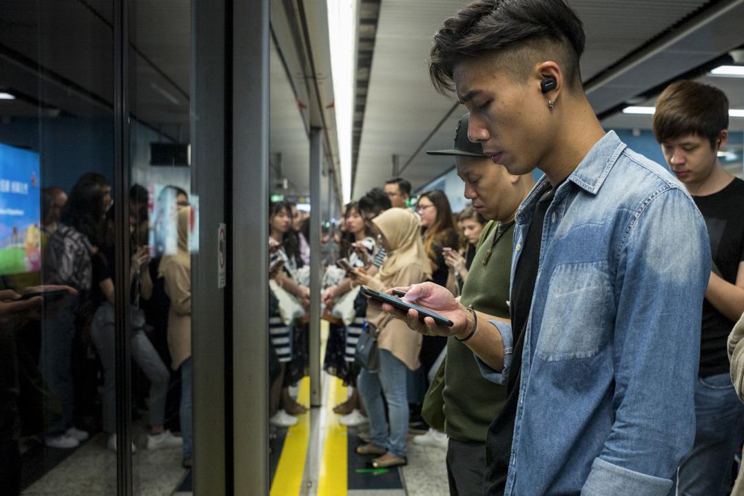 人們用某個社交媒體平台來做甚麼,始終也取決於使用者自己建立的使用方式,而不同年齡層的使用者,可能在使用方式上有不同傾向。 攝:林振東/端傳媒