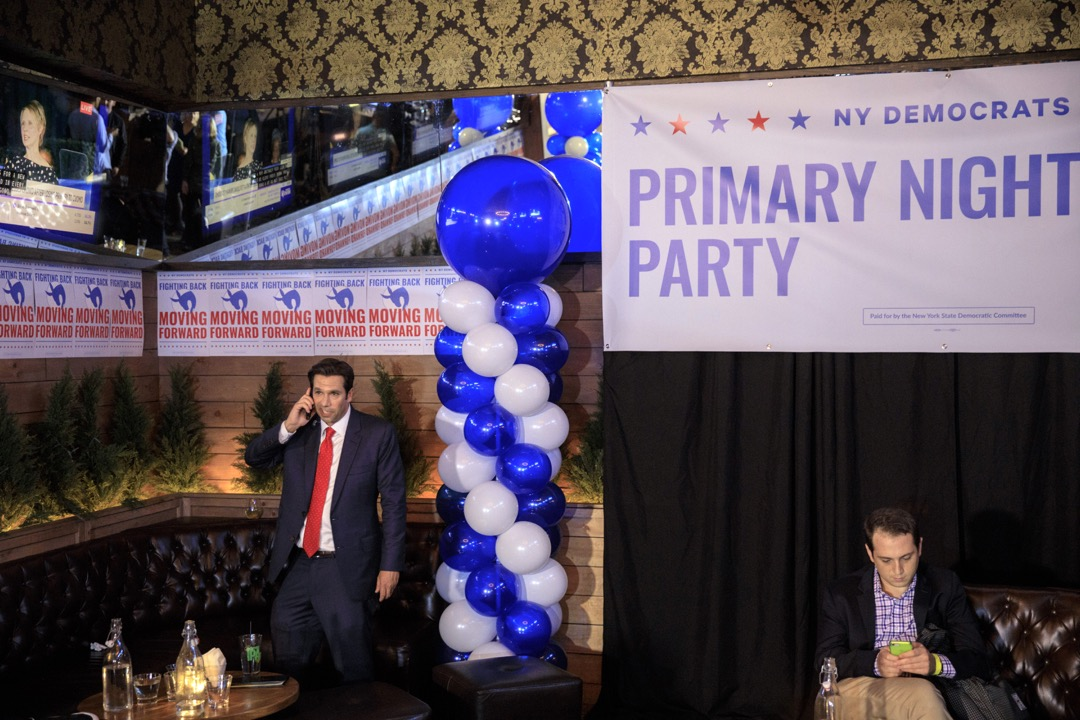 圖為紐約州州長民主黨初選的選後派對,現任州長庫莫擊敗挑戰者女明星尼克森。 攝:Drew Angerer/Getty Images