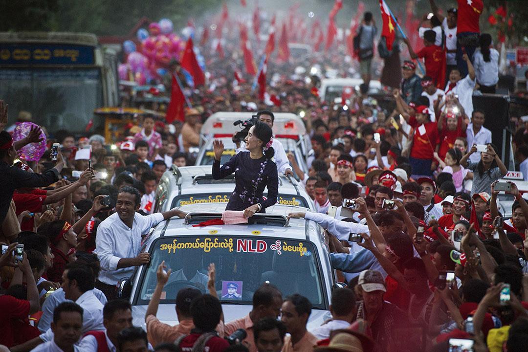 昂山素姬的政治理念包含著「和解」和「國家團結」兩個元素,多少緣於她比較特殊的身份——那就是建國領袖昂山將軍的女兒。圖為2015年11月1日,昂山素姬在仰光舉行的全國民主聯盟競選集會前向支持者揮手。