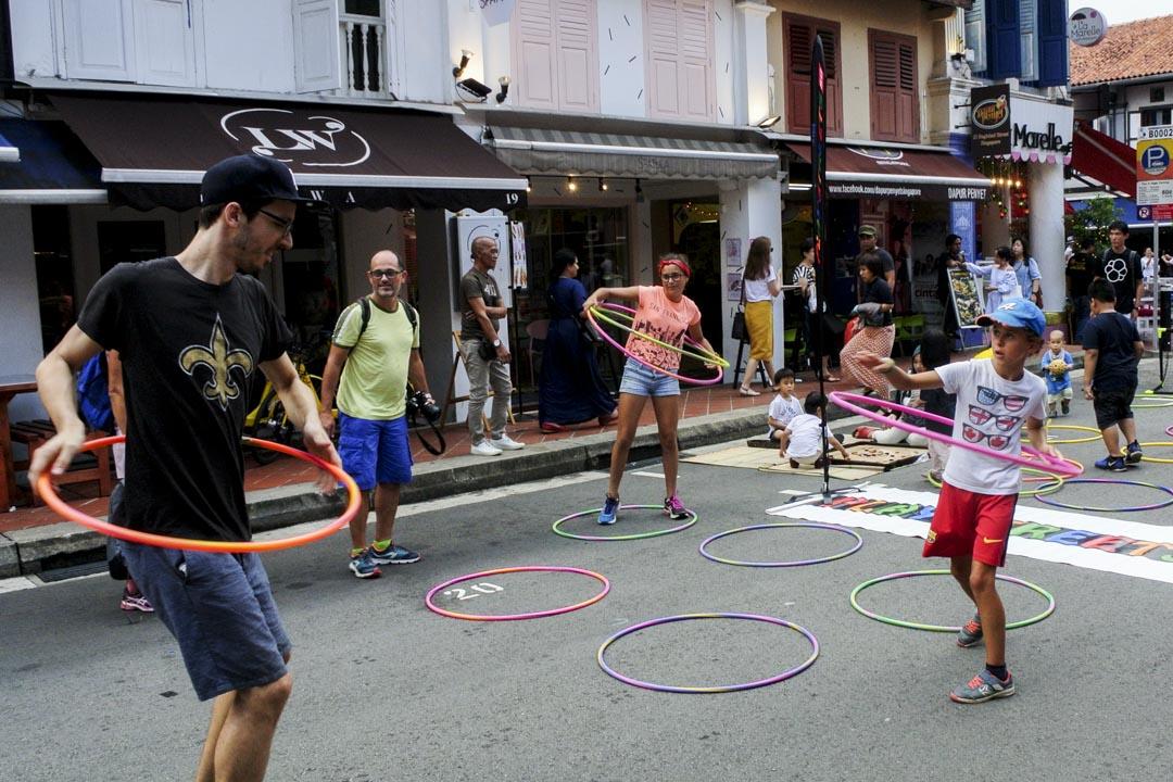 """在新加坡巴格達街上的""""PlayStreetsSG""""活動,由新加坡健康生活協會主辦,他們也是新加坡唯一舉辦封路遊戲的組織。"""