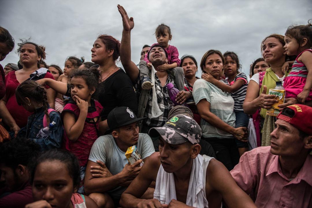 2018年10月19日,移民大隊在分隔危地馬拉與墨西哥的蘇恰特河上的邊境橋,等候墨西哥方面開閘過橋。墨西哥當局早前把這條來往危地馬拉的通道關閉。