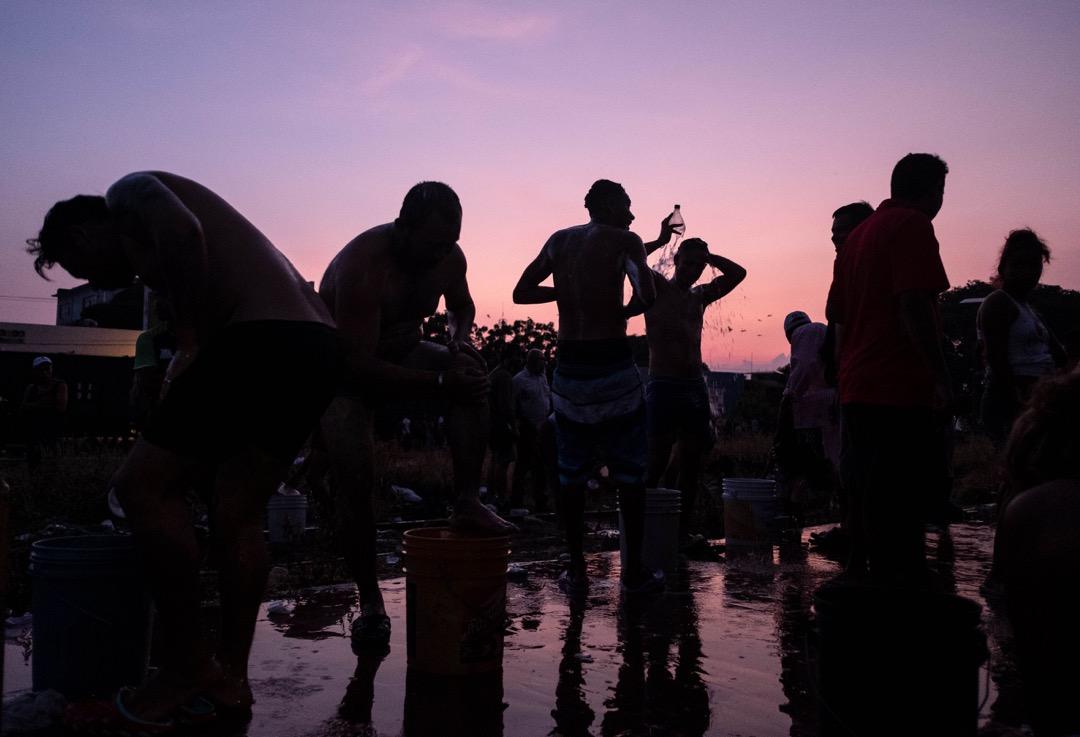 2018年10月26日,洪都拉斯移民大隊抵達墨西哥恰帕斯州,在城市阿里亞加短暫停留,休息洗澡。
