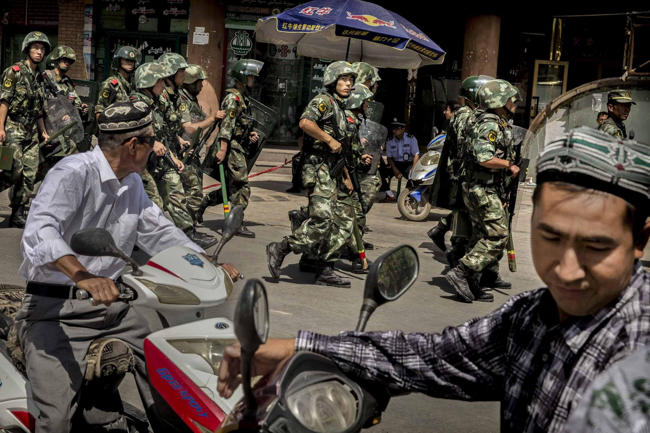 2014年7月31日,新疆維吾爾自治區,武警在一間清真寺附近巡邏。