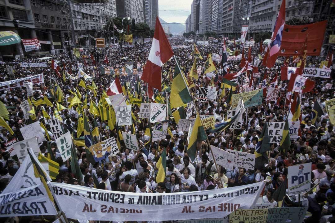 1984年,巴西有大規模遊行要求直接投票選舉,巴西最大的電視台環球電視網(Rede Globo)把它報導成了人們上街慶祝聖保羅市(Sao Paulo)建城430週年。