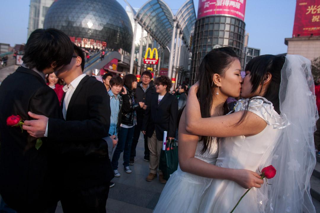 我們已經看到粉紅經濟深刻地嵌入多重社會關係——同志運動與身份政治的社會話語、異/同性戀正統主義的社會性/別階序、消費主義的意識形態、以數據和報告形式出現的社會建構力量等。圖為中國湖北省武漢市,一對同性戀人在婚禮中親吻。