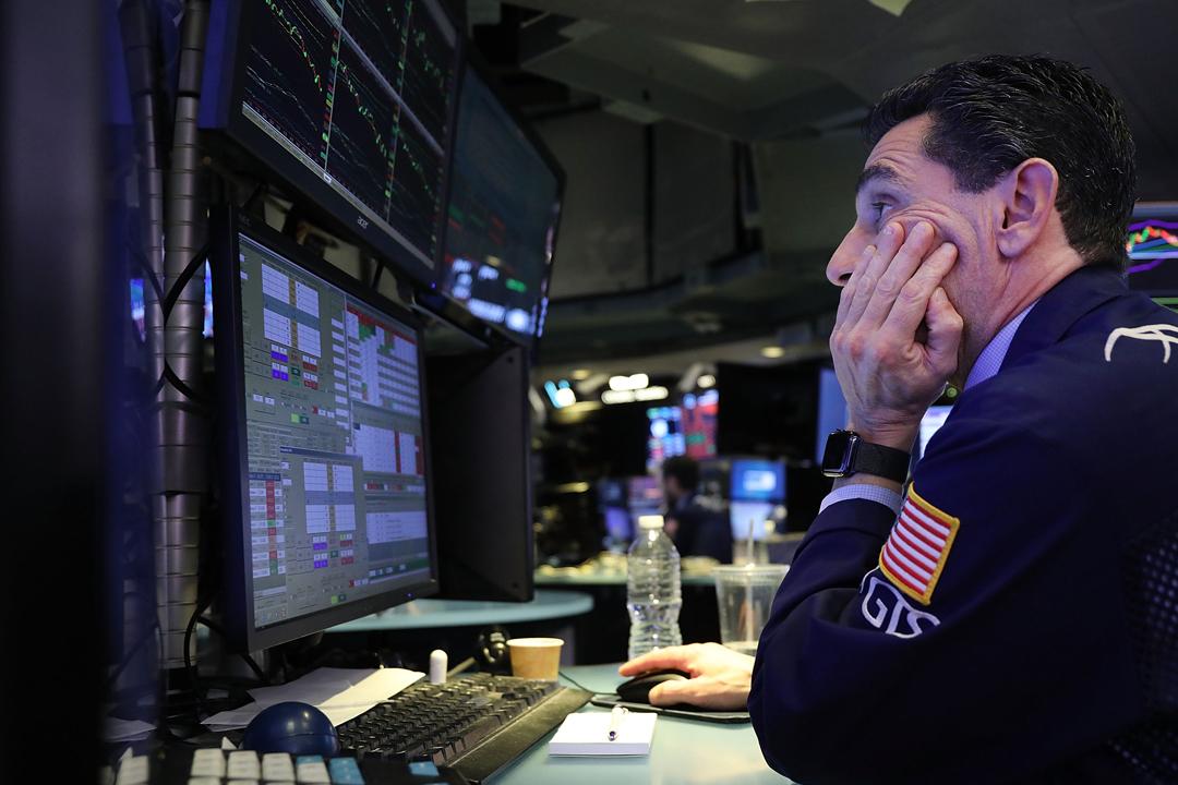 美國股市經歷「黑色星期三」,觸發環球股市骨牌式大跌,其中亞太區股市跌幅顯著。 攝:Spencer Platt / Getty Images