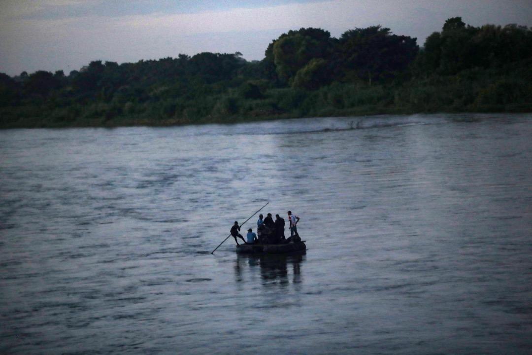 2018年10月22日,過了橋的人用周邊被棄置的物料搭建臨時木筏,承載跳河前往墨西哥的移民。