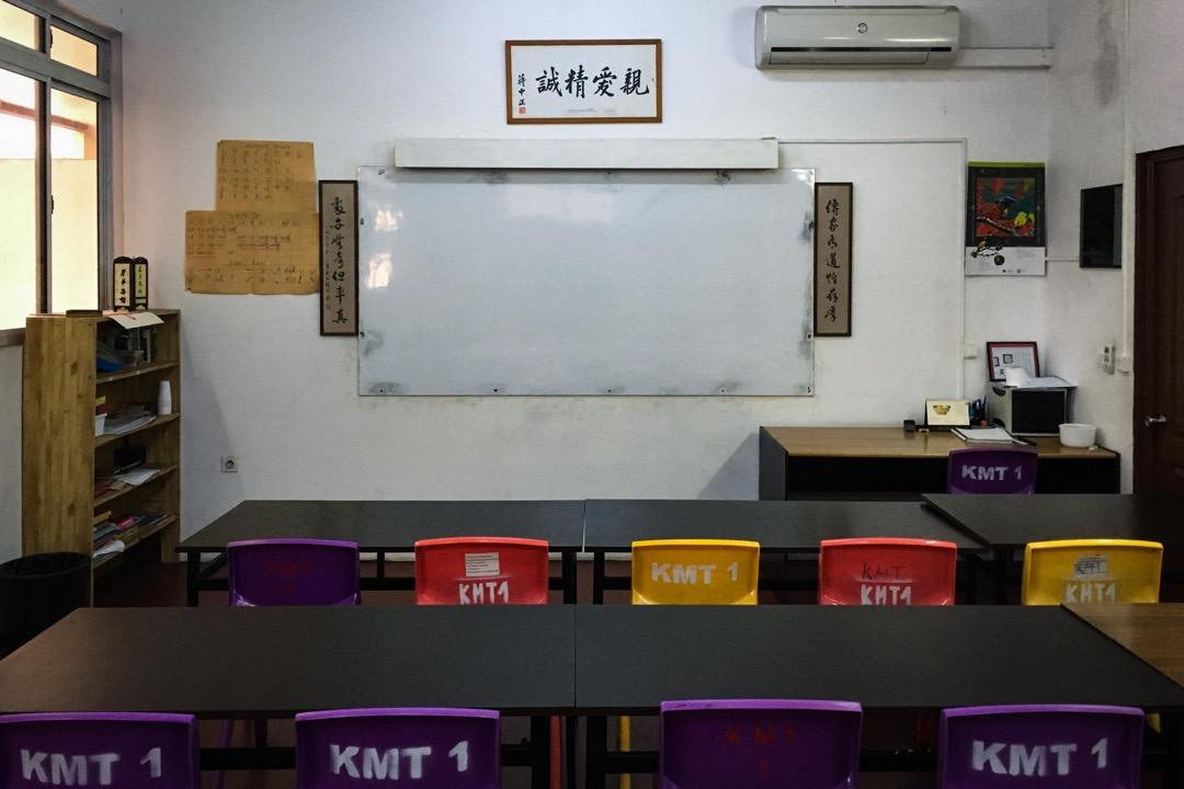 在台灣政府開始區分「台僑」和「華僑」之後,有些老華僑對於台灣的僑務政策心生不滿,像「國民黨支部」這種帶有政治色彩的組織名稱,自然經常成為爭議焦點。