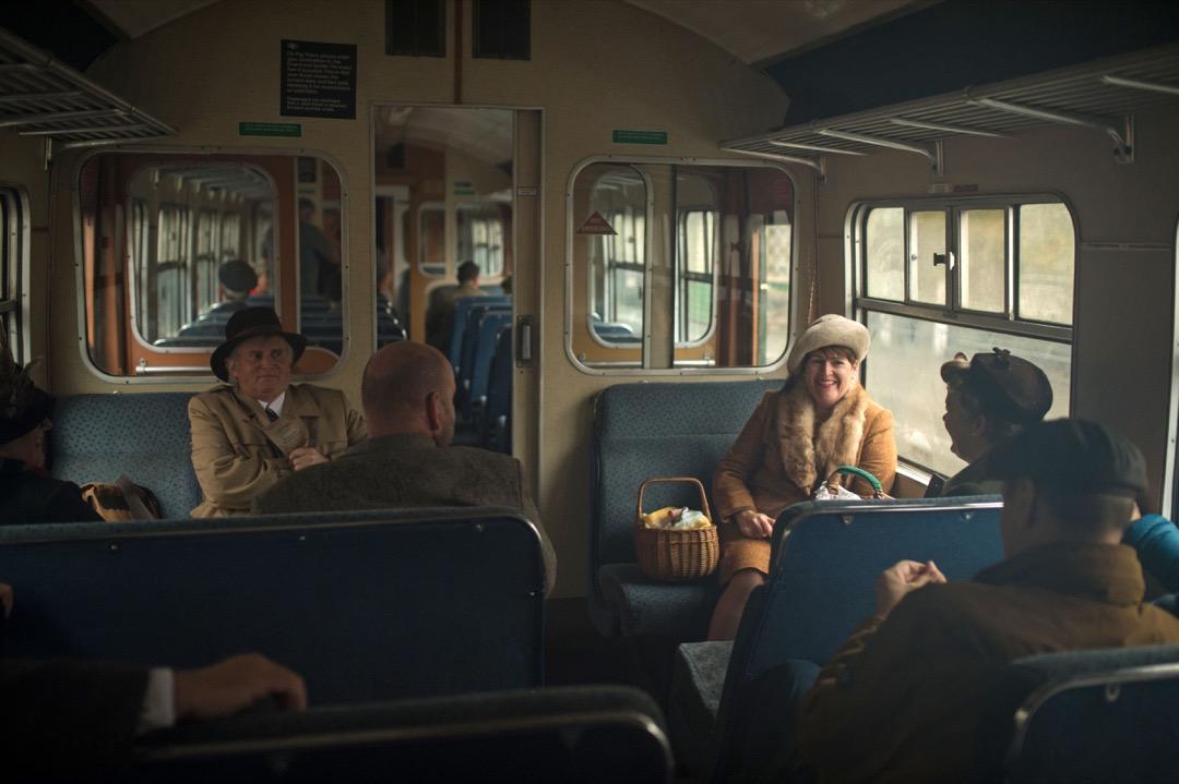 數名乘客在車廂內談天,正享受這趟旅程。