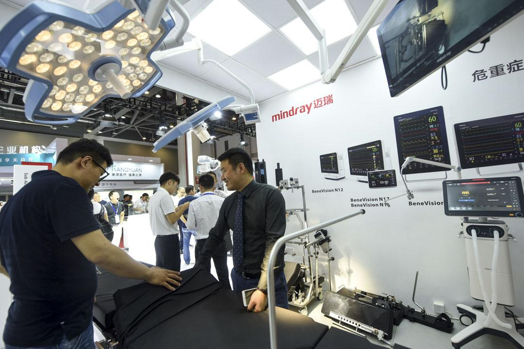 行業排名第一的公司邁瑞醫療,2015至2017年出口美國的總量佔其總銷售額的12%-16%左右。但一名深圳的超聲器械製造商解釋中國的醫療器械企業中,美國市場更多是一個標杆。