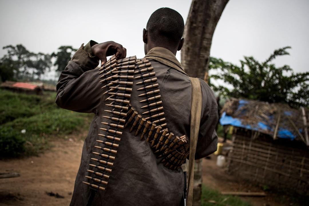 一名政府軍士兵身上背著數條子彈帶。