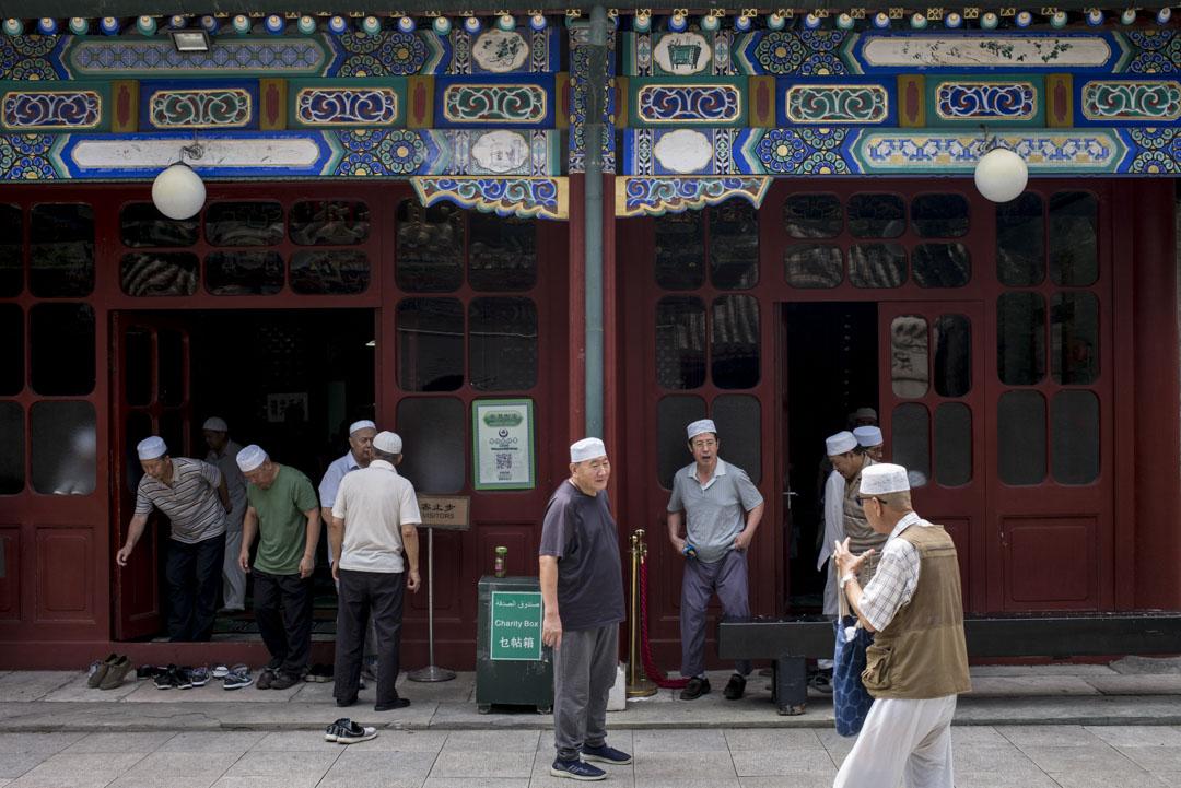 牛街禮拜寺清淨素雅,建築嚴整樸實,廣崇壯麗,不設任何偶像或形象景物,內部裝置簡單。
