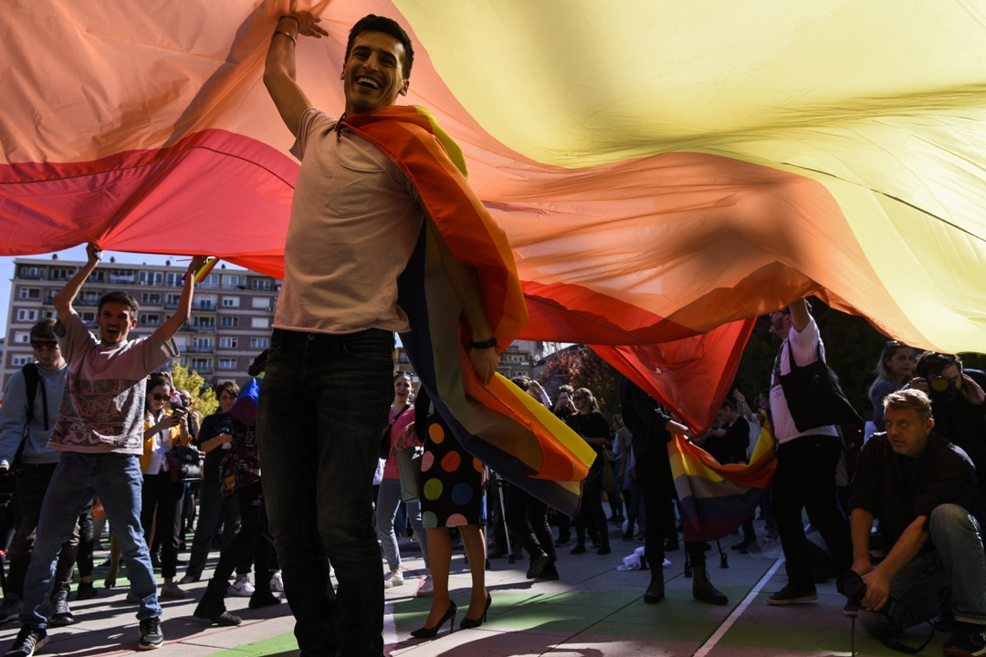 Lendi說:「社會上反同的人其實非常多。不過由於科索沃長年來複雜的政治環境,除非不得已,否則很多人是不願意上街參與社會運動的。」圖為2018年10月10日,在科索沃首都普里什蒂納舉行的同志遊行,參加者高舉彩虹旗。 攝:Armend Nimani/AFP/Getty Images
