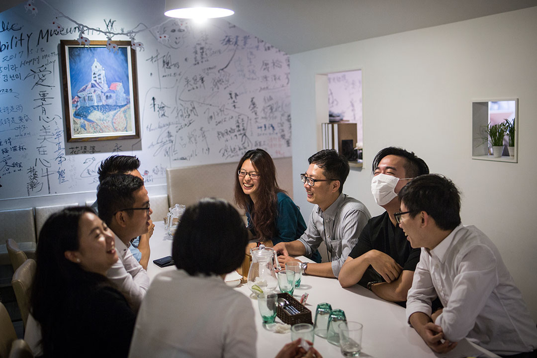 黃子綪(綠衣者)與同期外交部同學餐敘。