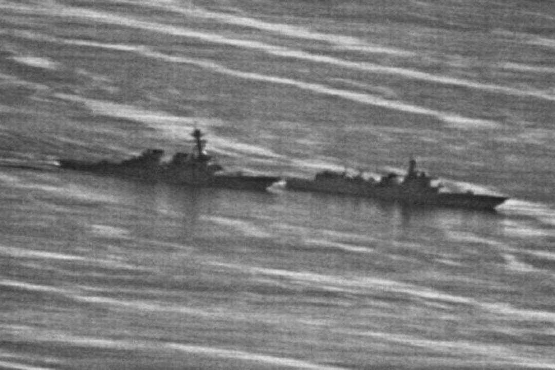 2018年9月30日,美國「迪凱特」號導彈驅逐艦在南沙南薰礁海域,被中國海軍170艦「超車卡位」逼得被迫轉向。由美國海軍所發佈的照片顯示,美中兩艦相距幾乎看不到間隙,距離極為接近,幾乎首尾相連。 圖:U.S. NAVY PHOTO