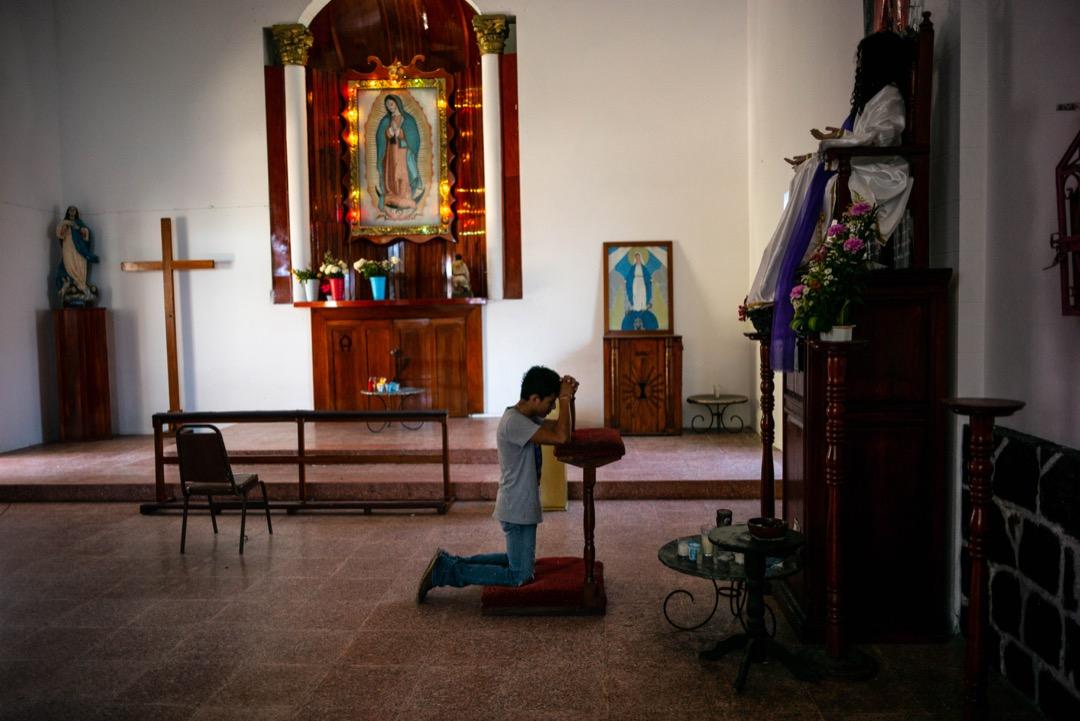 2018年10月23日,墨西哥南部邊境恰帕斯州,一名難民在教堂內祈禱。