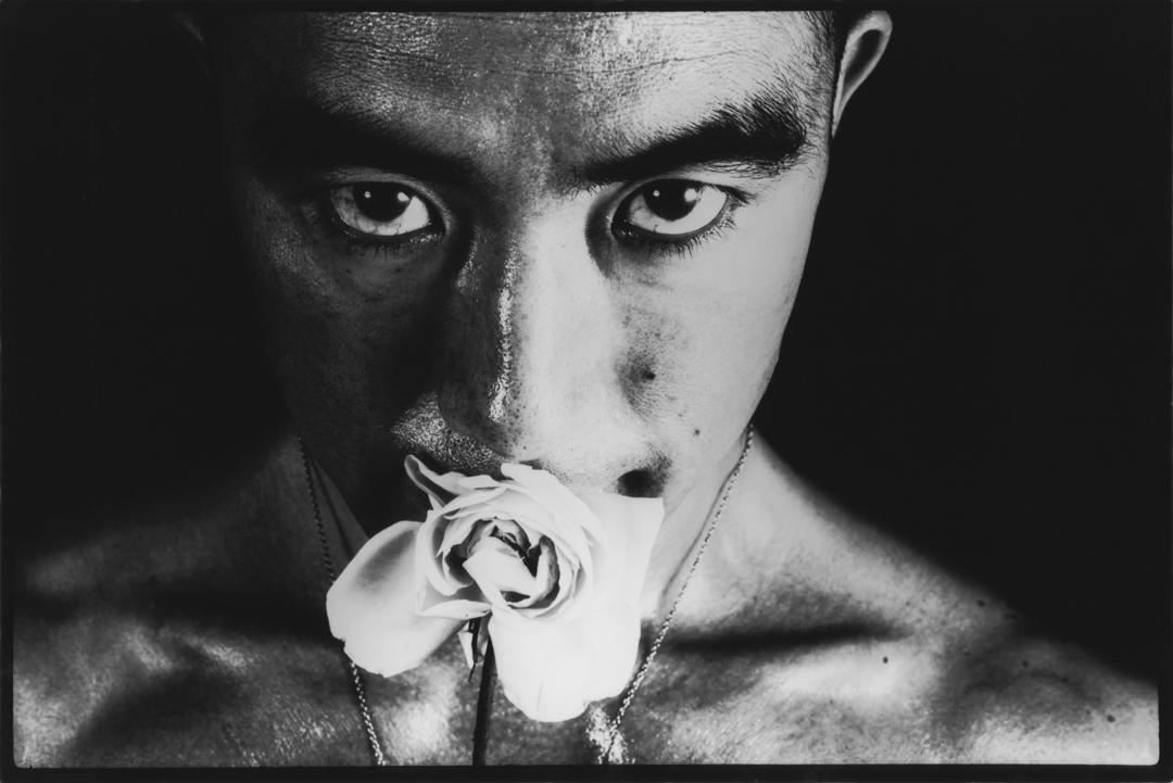 """細江英公作品《薔薇刑 #32》。Hosoe Eikoh, """"Ordeal By Roses"""" #32, 1961. 圖:Courtesy of Akio Nagasawa Gallery, Tokyo"""