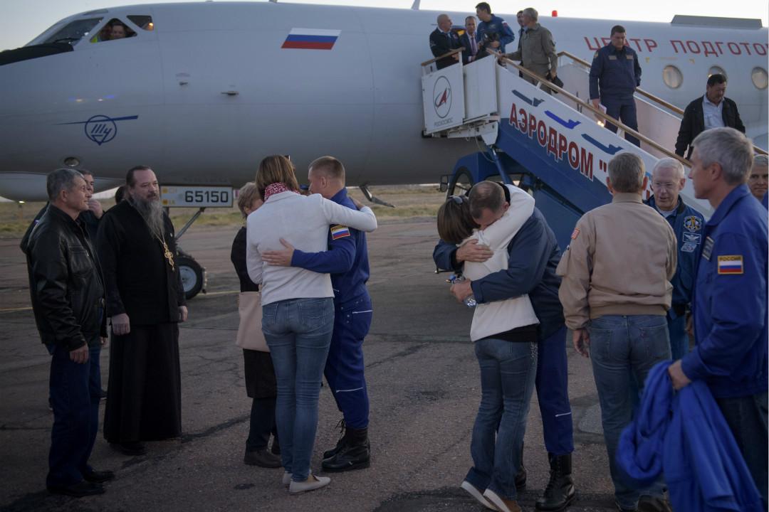 2018年10月11日,俄聯盟號飛船發射遇故障,兩名太空人奧夫奇寧(Alexey Ovchinin)和黑格(Nick Hague)安全著陸後與家人擁抱。 攝:Bill Ingalls/Getty Images