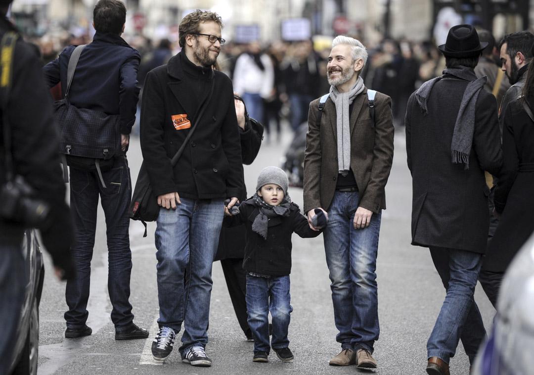 同性婚姻法通過到現在,已有五年。法國國家統計經局(Insee)2018年的報告顯示,到目前為止,共有4萬對同性伴侶締結婚姻。圖為2012年,兩名男子和一名兒童參加在巴黎舉行的同性平權遊行。