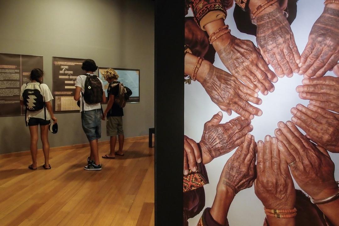 約翰說:「因為認識了間丹尼,我們開始訪問大溪地,然後發現,我們居然和這麼遙遠的島嶼,有如此多的連結。」圖為於大溪地博物館舉辦了一場名為「我們的祖先來自⋯⋯台灣?」(Nos ancȇtres de…Tawian?)的攝影展。