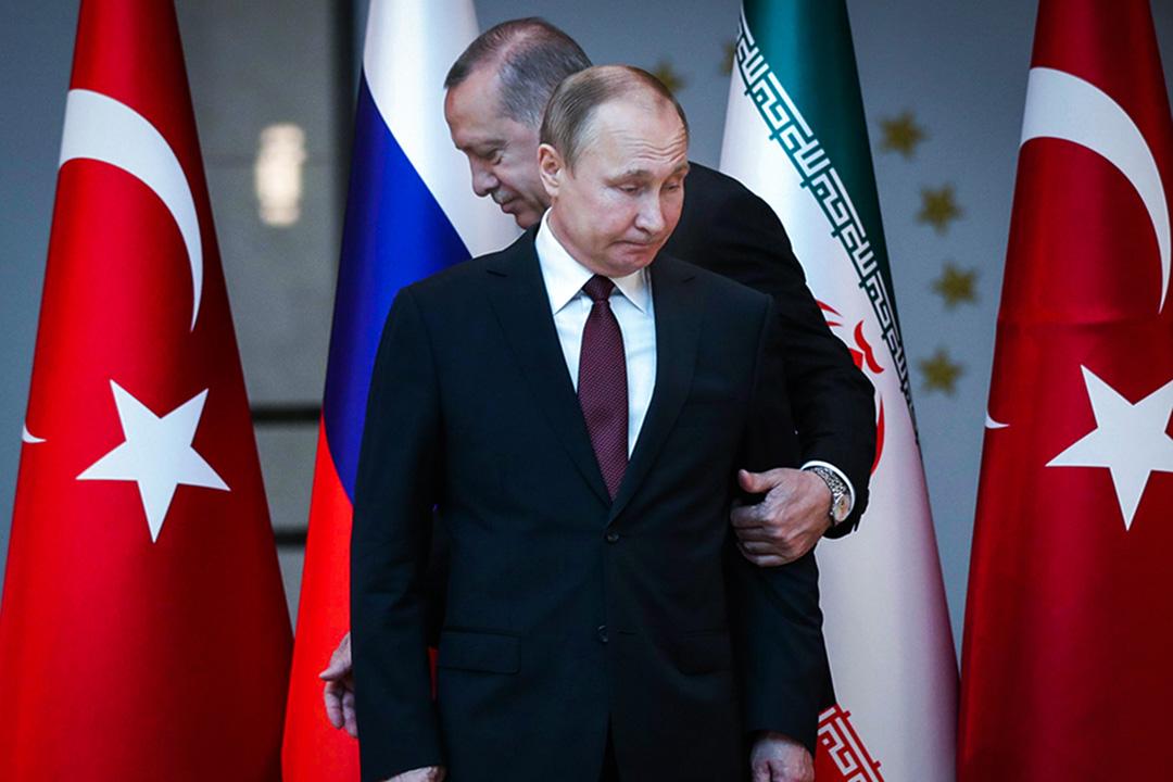 遭到美國經濟制裁後,土耳其總統立即選擇致電普京(Vladimir Putin),為土俄開展能源與國防進一步合作而磋商,俄國外交部長更旋即造訪土耳其討論相關事宜。圖為2018年4月4日,普京和埃爾多安於土耳其、俄羅斯、伊朗三方首腦會議上。 攝:Tolga Bozoglu/AFP via Getty Images