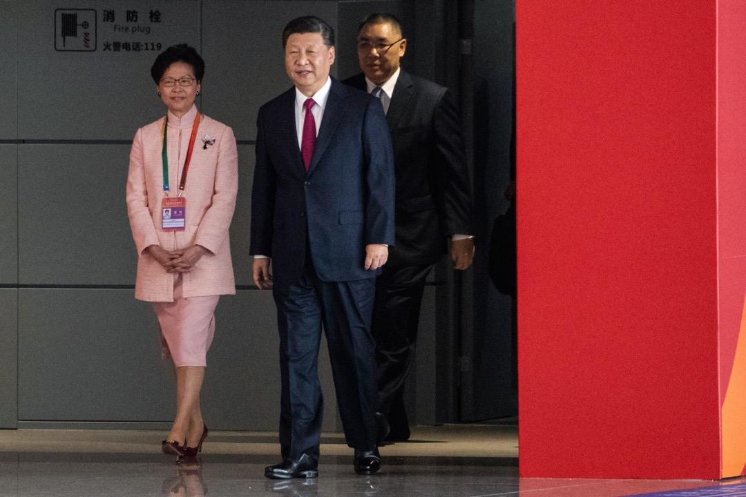 港珠澳大橋今早舉行開通儀式,中國國家主席習近平步入會場,由香港特首林鄭月娥陪同在側。 攝:Fred Dufour / AFP / Getty Images