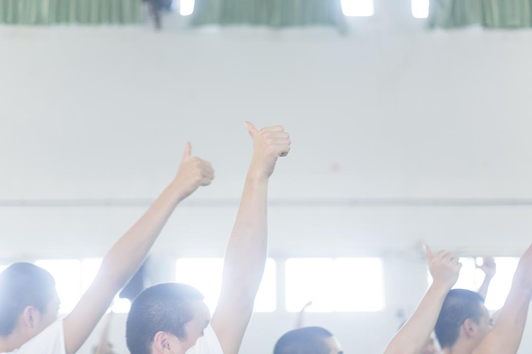 少年們比出大拇指,將手舉高,他們大笑。那是他們之間的暗號,意思是:「To be a better man」。