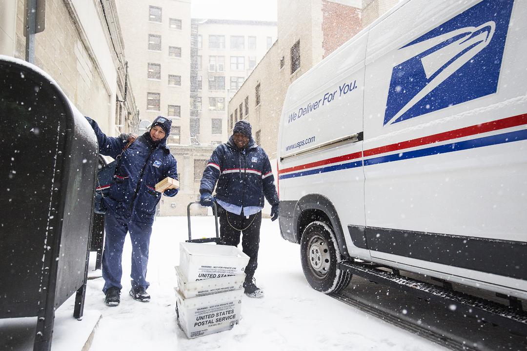 華府宣布啟動退出萬國郵政聯盟(UPU)的程序,並指摘 UPU 容許中國以低廉郵費將產品運到美國,損害美國郵政署、美國企業等的利益。圖為今年1月4日在美國波士頓,美國郵政署郵差冒着嚴寒派送信件。 攝:Adam Glanzman / Getty Images