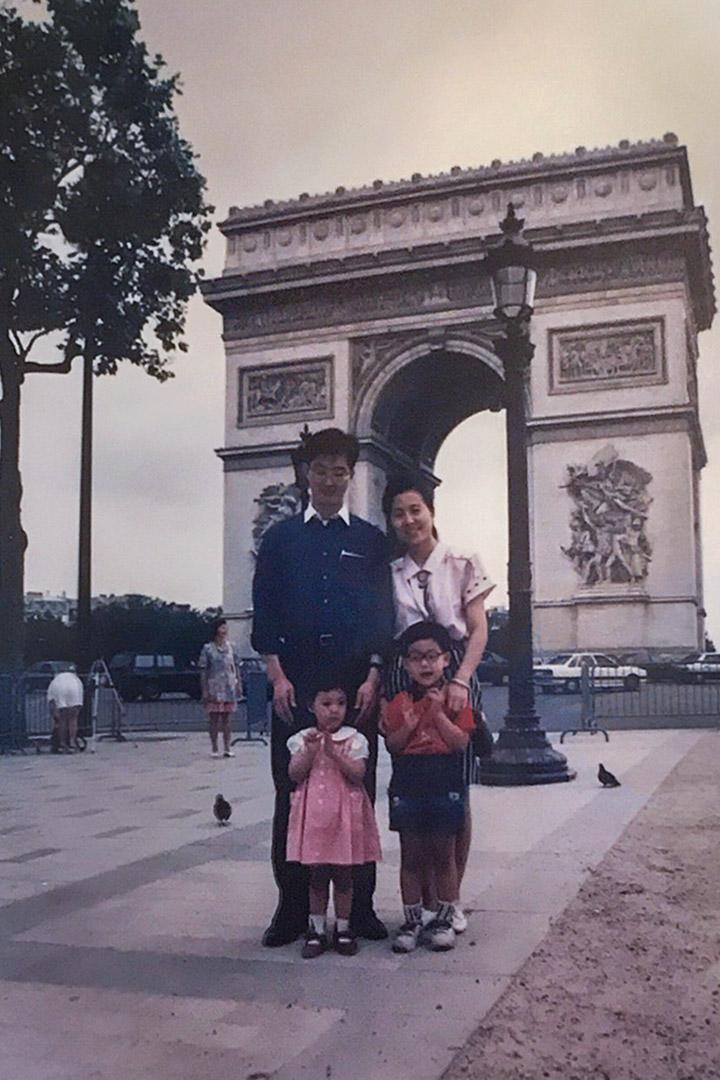 黃峻昇派駐法國代表處時,一家人在巴黎的合照。前左為黃子綪。