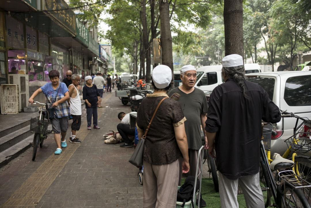 牛街上頭戴白色禮帽的回民很多,他們長得多少和漢民不一樣。
