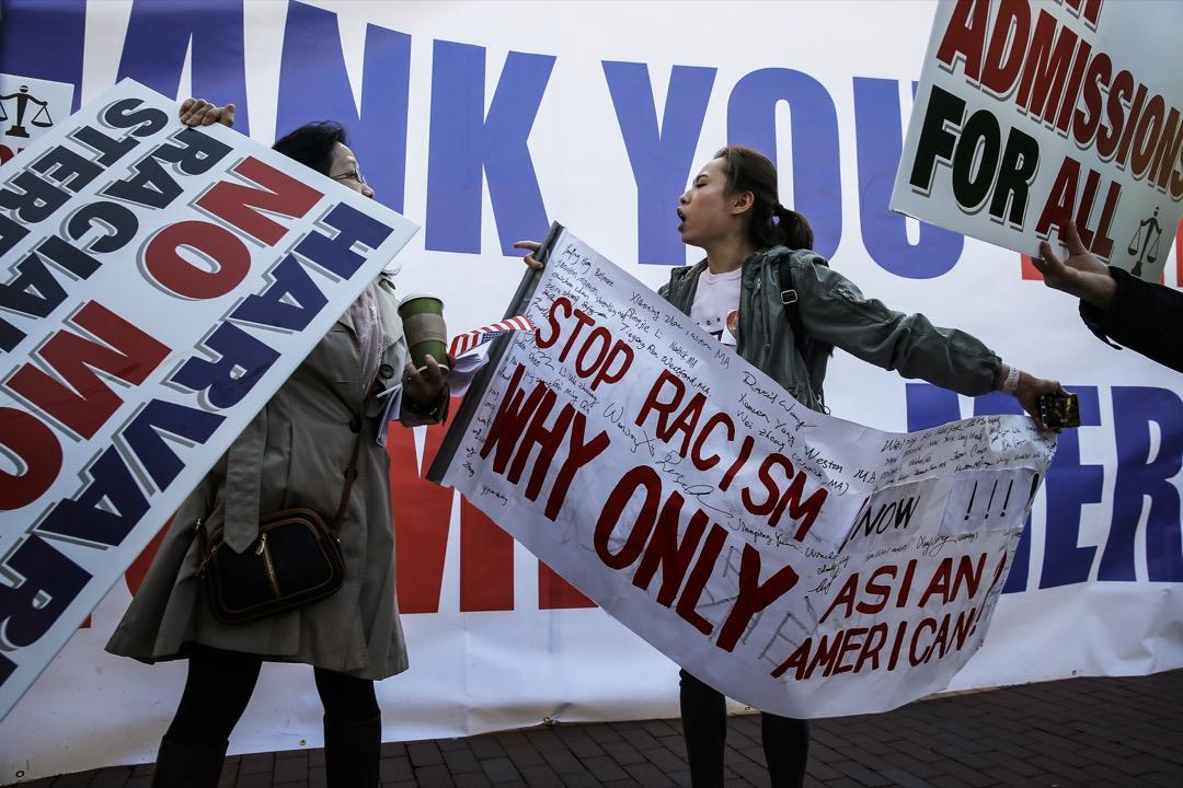 美國知名學府哈佛大學被指在招生程序上歧視亞裔美籍學生,有示威者到學校所在的波士頓的市中心廣場抗議。 攝:Jessica Rinaldi/The Boston Globe via Getty Images