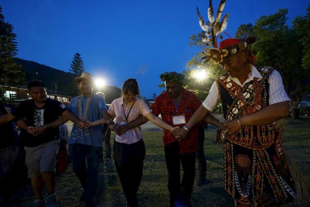 2017年蔡英文出訪南太友邦,便將出訪專案命名為「永續南島,攜手共好」,使得「南島」二字,首次正式出現在官方的專案名稱之中。此前因政黨輪替而胎死腹中的「南島民族論壇」計畫,也已經在二〇一八年拍板重啟。圖為2018年南島民族論壇的活動。