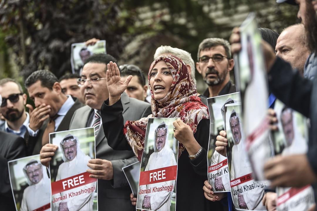 2018年10月8日,人權組織到沙特駐伊斯坦堡領事館外示威,要求沙特交代卡舒吉的下落,示威者包括2011年諾貝爾和平奬得主卡曼(Tawakkol Karman)。 攝:Ozan Kose / AFP / Getty Images