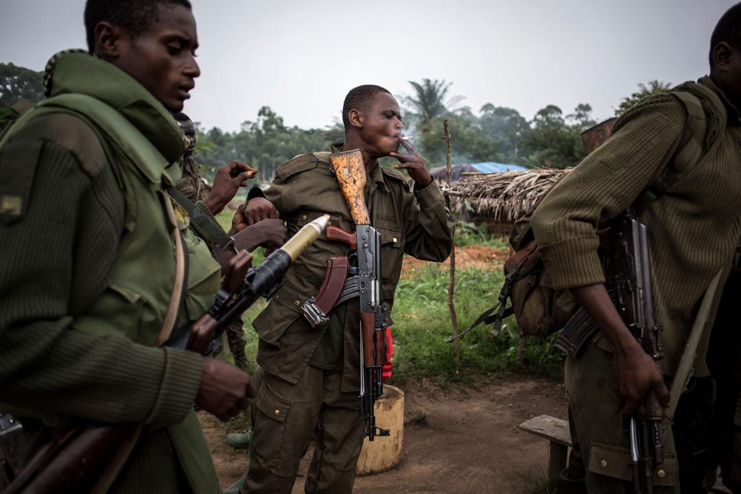 政府軍士兵在基地內輪流分享一支煙。