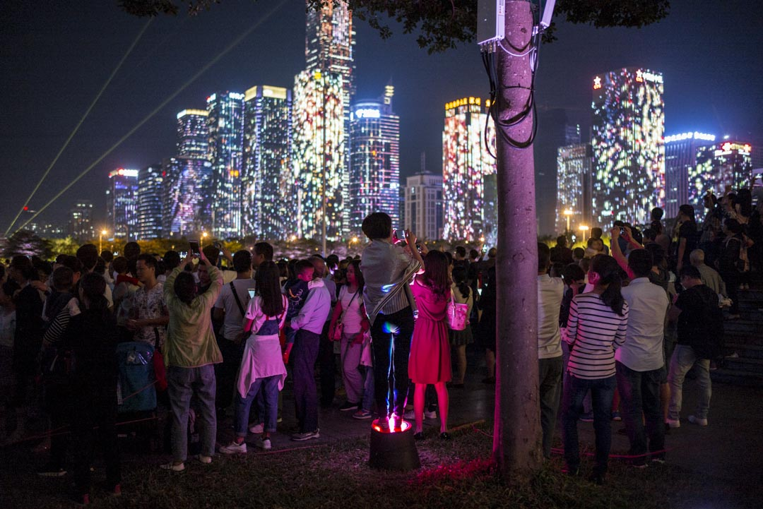 深圳改革開放40週年燈光秀,眾多市民在市民廣場上欣賞。