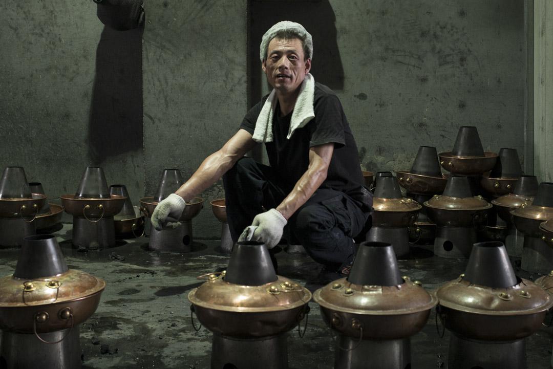 馬者不,43歲,來自甘肅,三個月前來到牛街, 在牛街一間火鍋店清洗銅鍋。