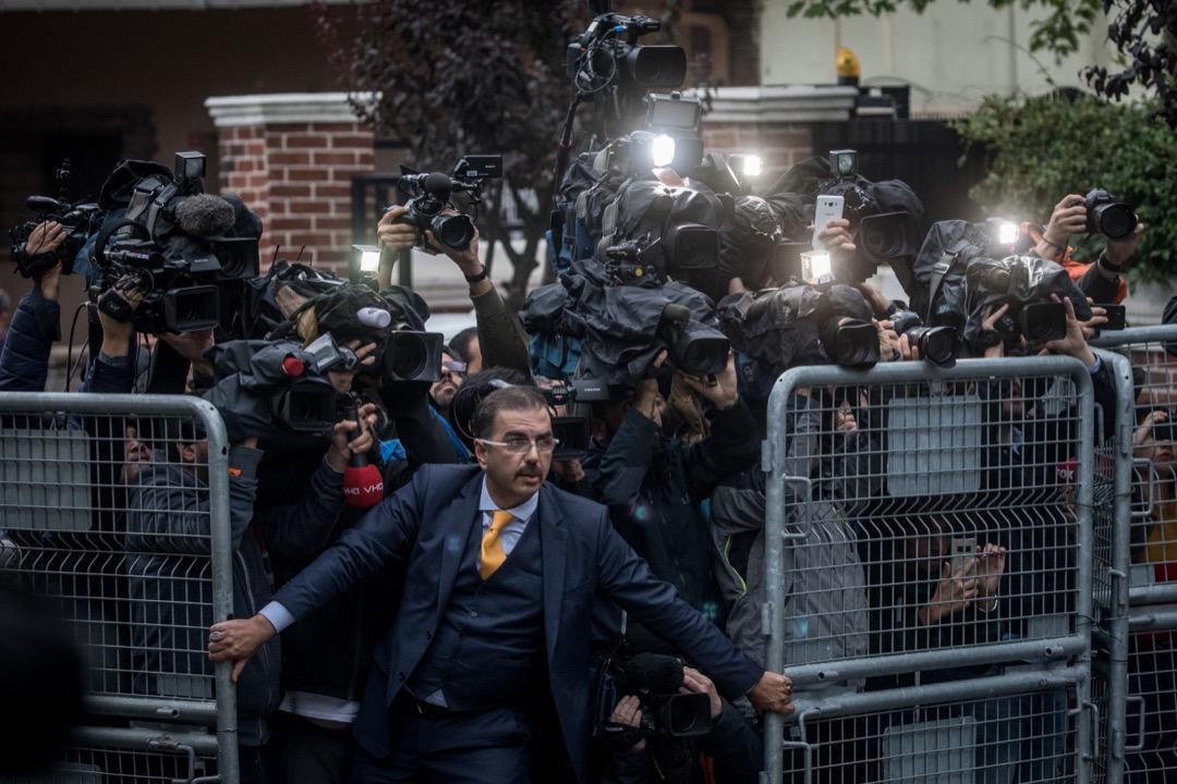 2018年年末,《時代》週刊將其具有標誌性意義的 「年度人物」頒給了自己的同行:來自全球各地的四位記者和一家新聞機構。他們被統稱為「守護者」。圖為卡舒吉懷疑在沙特阿拉伯駐土耳其領事館內被殺後,大批傳媒在領事館外採訪。 攝:Chris McGrath/Getty Images