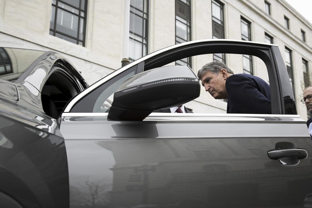 西弗吉尼亞州(West Virginia)的選舉民調顯示前州長喬·曼欽(Joe Machain)大幅領先,這位極富「個人魅力」的民主黨人還是能依靠自己的個人品牌效應繼續在這個已經淪為深紅州繼續贏下去。