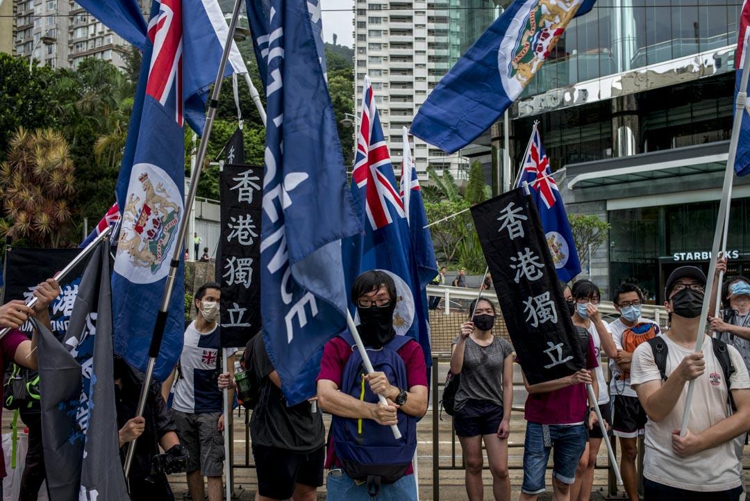 2017年7月1日,香港回歸二十周年,七一遊行上,一群手持香港獨立標語及龍獅旗的遊行人士。
