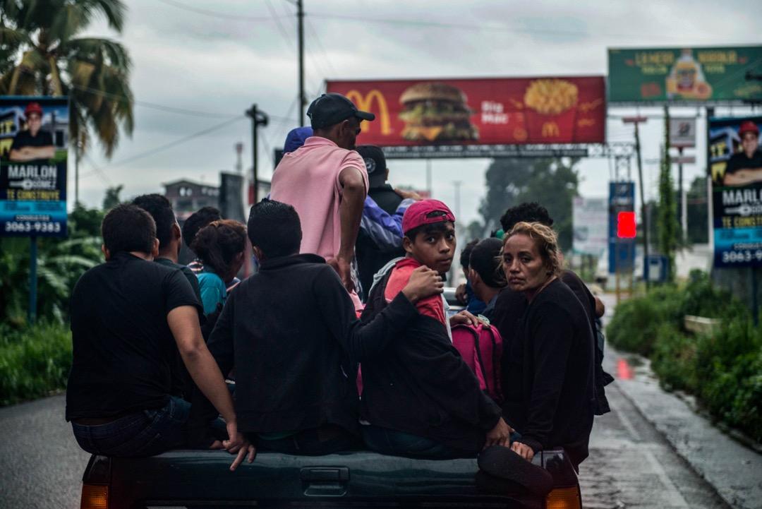2018年10月18日,危地馬拉城市馬薩特南戈,數名洪都拉斯移民坐在小卡車上,前往墨西哥邊境。