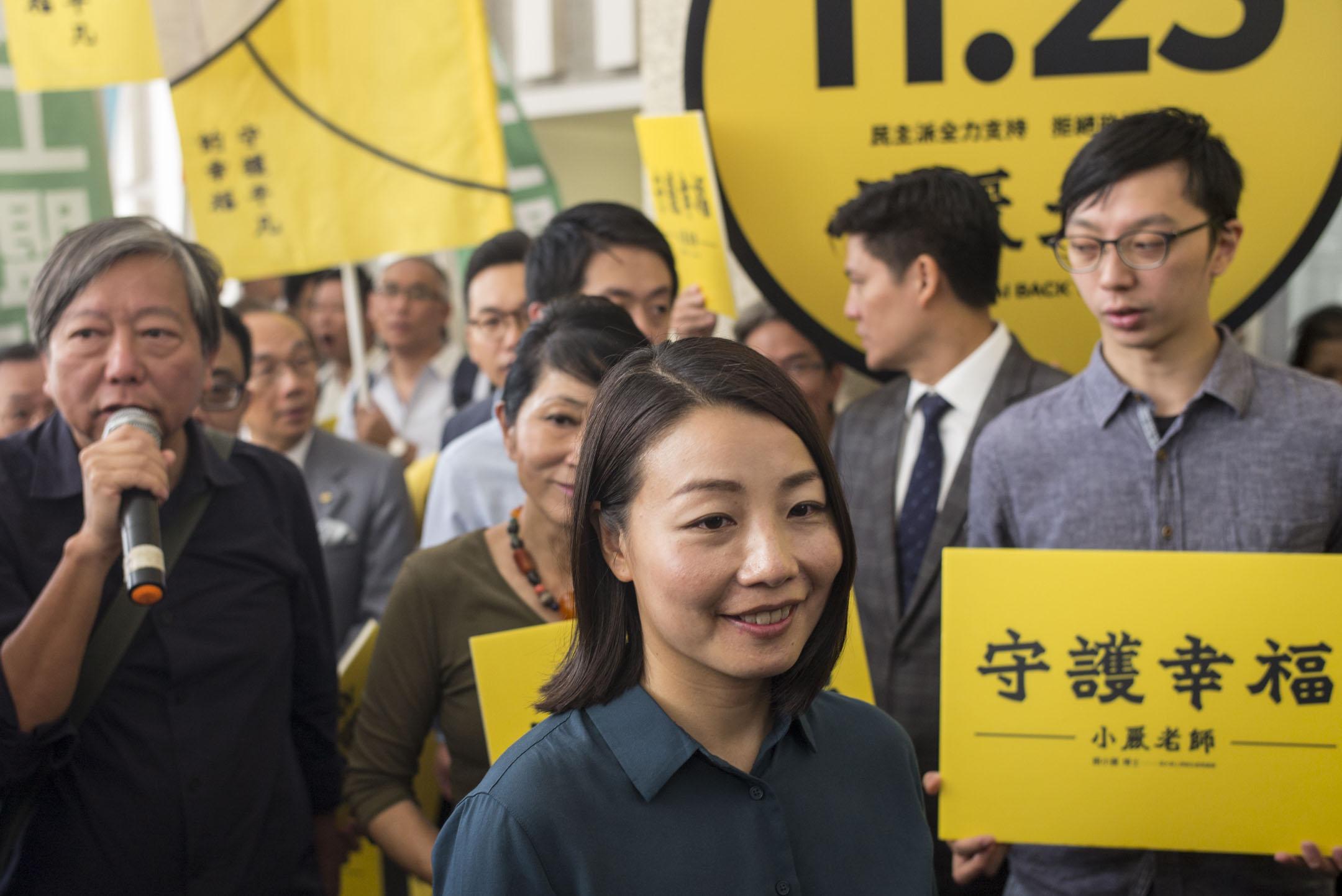 2018年10月2日,民主派陪同劉小麗報名參選立法會九龍西補選。 攝:林振東/端傳媒