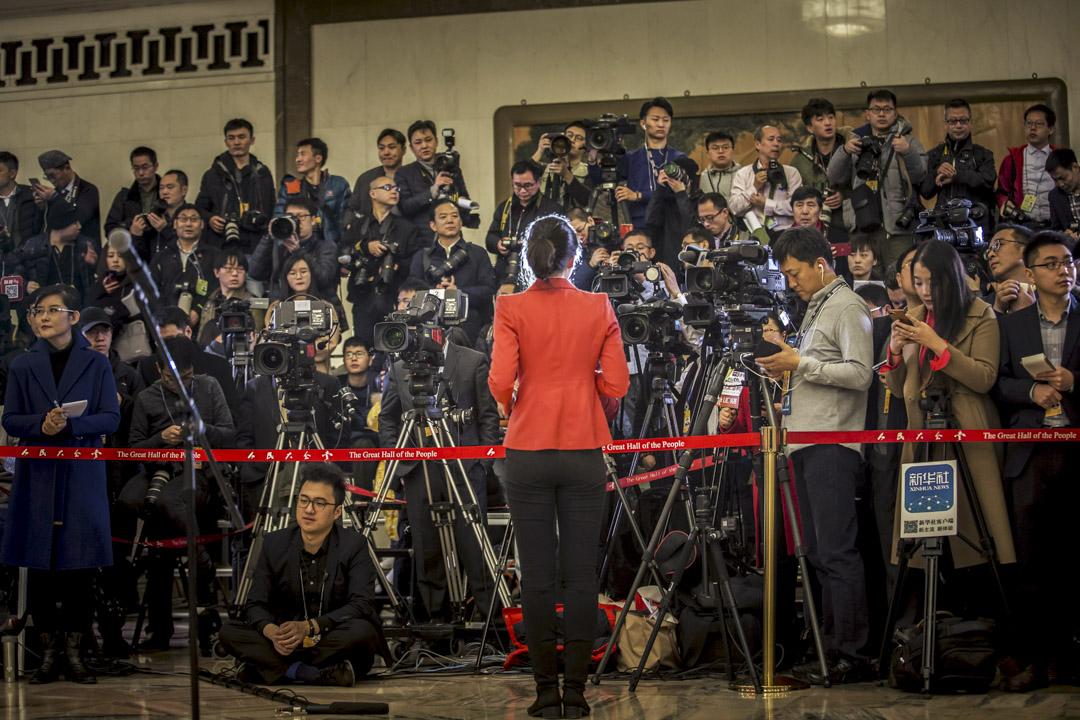美國政府最近剛剛將新華社和CGTN列為「外國代理人」。在這個節點上,孔琳琳的行為將繼續強化西方對「中國記者」並非記者、而是中國政府代理人的印象。圖為2018年3月,記者在中國13屆全國人大開幕採訪。 攝:Qilai Shen/Bloomberg via Getty Images